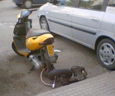Atemos las motos juntas para que no nos las roben